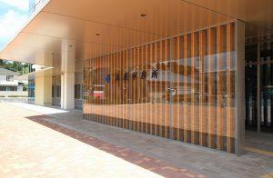 サムネイル: 高萩市役所新庁舎 玄関ガラススクリーン
